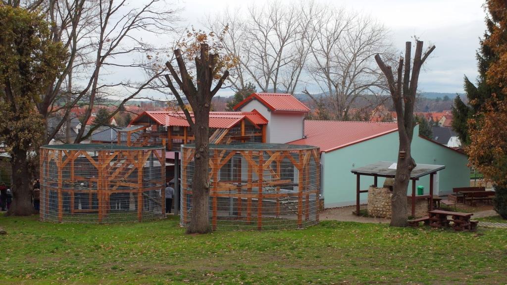 Affenhaus und Freigehege für die Primaten im Tiergehege Westerhausen